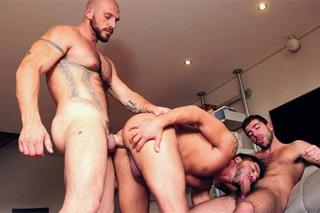 Grupáč s milencem a kamarádem (Damian Boss, Esteban Orive a Dominic Pacific)