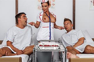 Grupáč v nemocnici, aneb zdravotní sestřička Diamond Foxxx a dva pacienti!