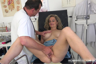 Gynekolog ošuká zralou pacientku – české porno