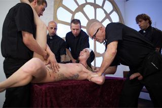 Hříšné orgie v kostele, aneb gang bang s jeptiškou (Maia Davis)