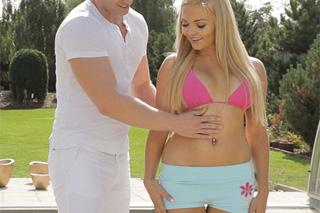 Jenna Lovely: Něžná soulož s fyzioterapeutem u zahradního bazénu!