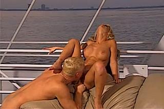 Kapitán vymrdá blondýnku Krystal Steal na své jachtě