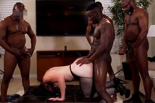 Když je manžel na služebce – interracial gang bang