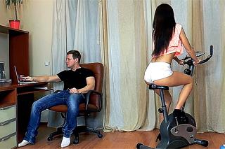 Kluk se vrhne na cvičící partnerku s extrémně zarostlou kundičkou!