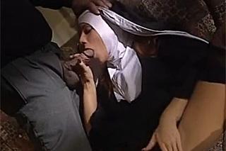 Kněz mrdá po bohoslužbě s jeptiškou