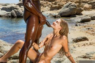Krásná Tiffany je nevěrná svému příteli s černošským sluhou na pláži na závěr dovolené
