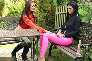 Krásné lesbičky se pomočí po šukačce na zahradě!