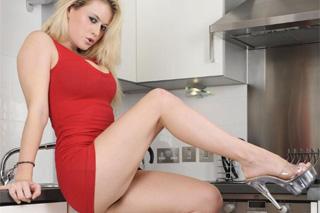 Kuchyňská masturbace blondýnky Brooke Little