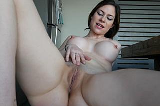 Kuchyňská masturbace krásné brunetky