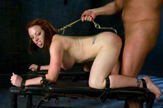 Kylie Ireland: Zvrhlík sexuálně potrápí svou svázanou zrzku! – BDSM porno