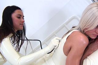 Latexová doktorka Victoria Sweet dovádí se svou pacientkou!