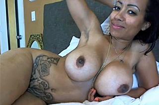 Latinskoamerická kozatka předvádí nahé tělo a vlhkou kundičku