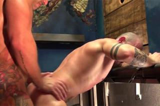 Letterio Amadeo a Max Duran: Anální cvičení na vojenské základně – gay porno