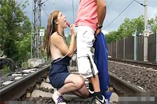 Lolitka mrdá s přednostou stanice vedle kolejí (Alexis Crystal)