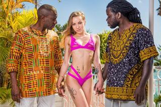 Mladá turistka Angel Emily a její tropický grupáček!