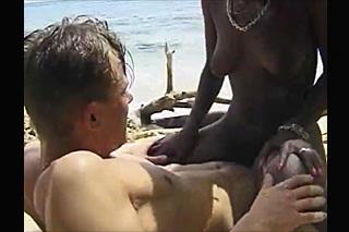 Mladík okusí chlupatou exotickou kundičku během dovolené!