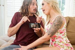 Mladík ošuká matku své přítelkyně na pohovce (Nina Elle a Tyler Nixon)