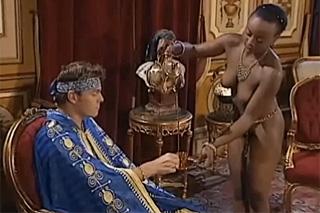 Mladý princ prcá dvě konkubínky – fisting porno