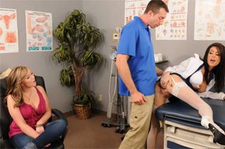 Muž opíchá doktorku před těhotnou manželkou! (Jessica Jaymes a Jordan Ash)