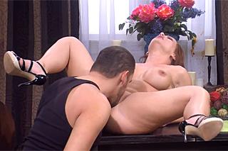 Muž vylíže a oprcá manželku na jídelním stole