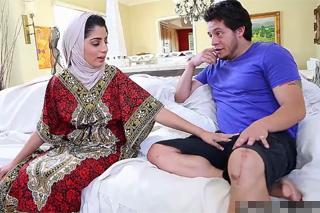 Nabíječ vyšuká tradičně zahalenou pákistánskou ženu Nadiu Ali!