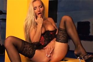 Pornokalendář DV (Dominik, 4.8.) – Nádherná blondýnka v masturbaci!