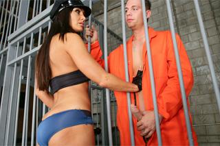 Nadržená dozorkyně Lisa Ann prcá s vězněm!