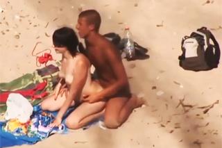 Nadržená dvojice prcá na písečné pláži!