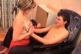 Nadržená mamina osouloží nevlastního syna u televize!