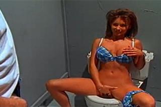 Nadržená roztahnožka mrdá na pánských toaletách (Leanna Heart)