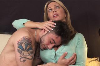 Necudná Amber Lynn Bach rozveselí nevlastního syna – rodinné porno