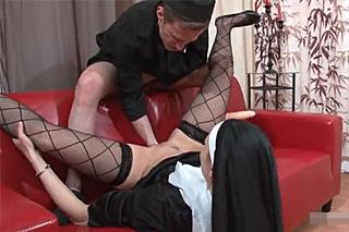 Necudná jeptiška potrestaná fistingem a tvrdým sexem!