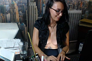 Necudná sekretářka natočí squirt na pracovišti!