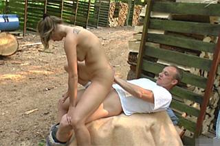 Německý dřevorubec přinucen k souloži nadrženou manželkou!