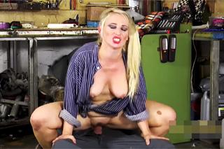 Nerudný automechanik ošuká pomocnici na podlaze v garáži!