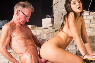 Nevěrná studentka si užije se starým dělníkem! (Anina Silk)