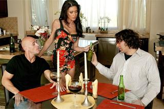 Nevěrnice vášnivě oprcá kamaráda svého manžela (Jessica Jaymes a Johnny Sins)