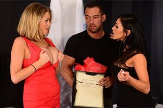 Nevěrník vymrdá dvě kámošky své přítelkyně! (Audrey Bitoni a Katie Kox)