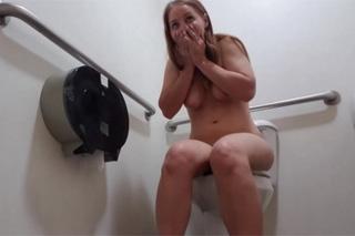 Nicki Young a její záchodový squirt!