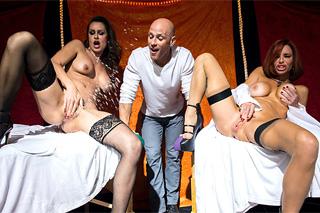 Nora Noir, Veronica Avluv a Johnny Sins: Soutěž ve squirtu a divoké orgie v erotickém cirkusu!