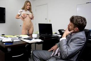 Nymfomanská sekretářka svede v kanceláři mladého manažera! (Abby Rode)