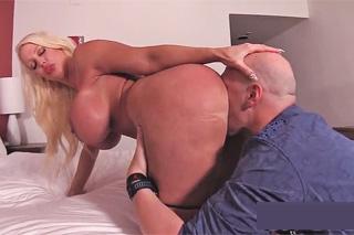 Obchodník prcá prsatou děvku v hotelovém pokoji! (Alura Jenson)