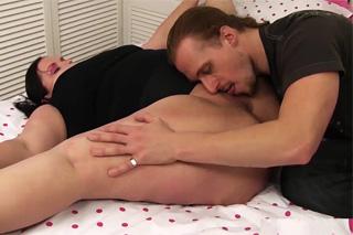 Ohebná baculka píchá s dlouhovlasým spolubydlícím (Rebecca Ryder)