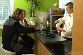 Opilí obchodníci v trojce s barmanem – české gay porno