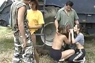 Orgie na poli, aneb zemědelci píchají dívky z vesnice!