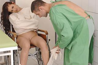 Orgie na psychiatrii, aneb doktoři penetrují pacientku (Mira Sunset