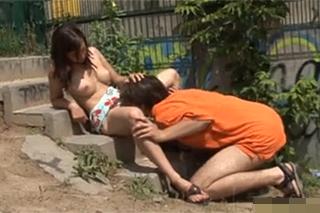 Osamělá dívka prcá s náhodným kolemjdoucím na veřejnosti