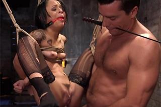 Otrokyně Holly Hendrix prožije horké anální chvilky!