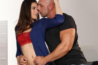 Plešatý bodyguard vášnivě šuká mladou klientku! (Ricci Hulk a Yenna Black)