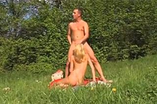 Pornokalendář DV 20.4 – Blondýna Marcela si vyrazí za jebačkou na rozkvetlou louku